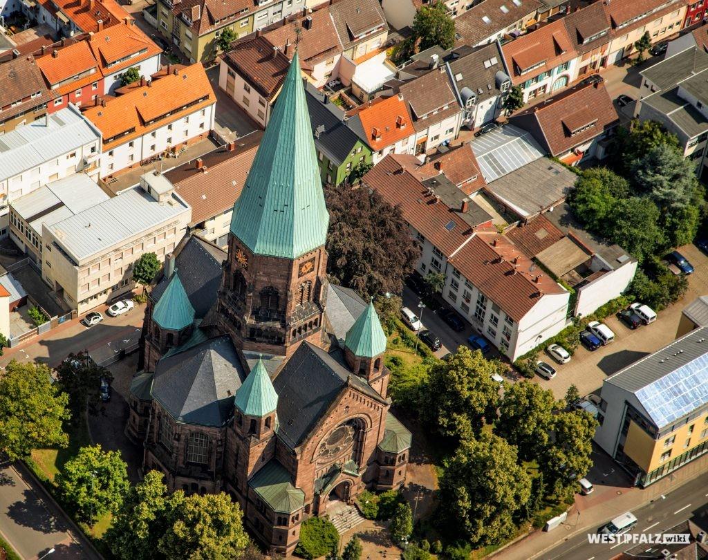Luftaufnahme der Apostelkirche in Kaiserslautern.