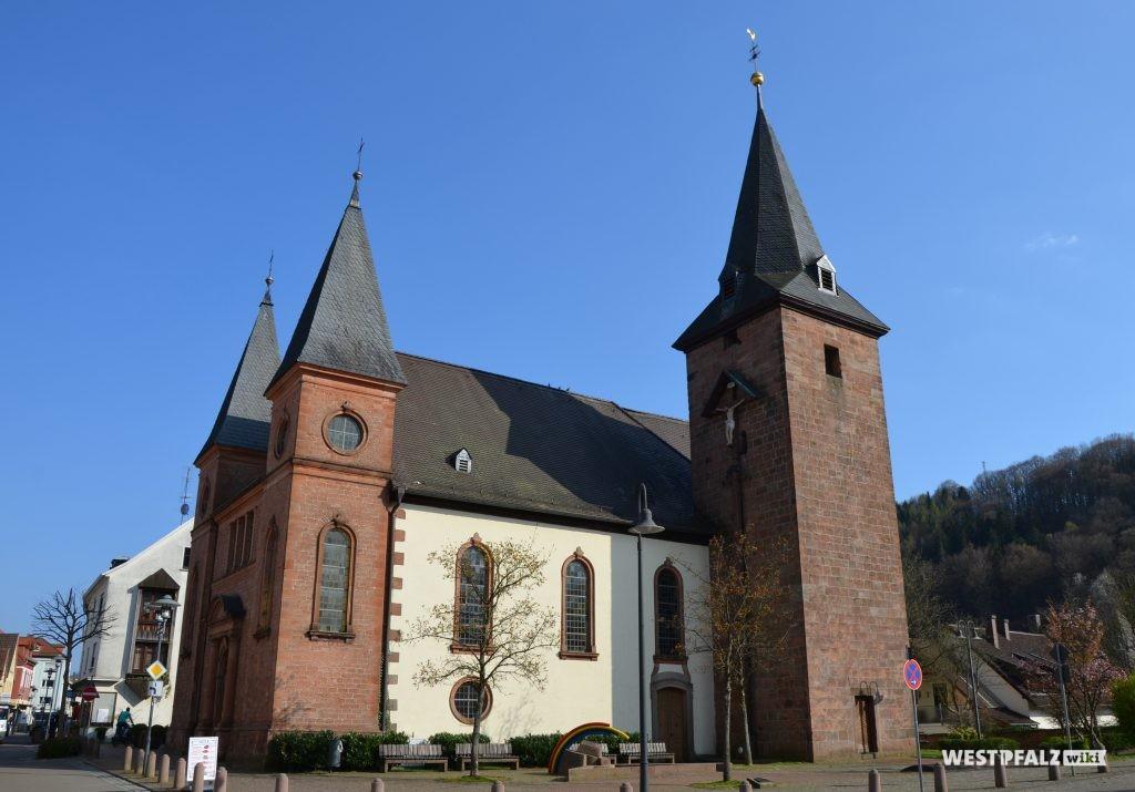 Westseite der Marienkirche in Rodalben mit Blick auf das Langhaus und den Kirchturm