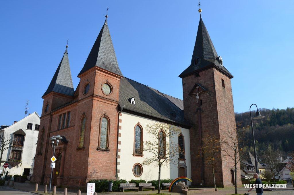 Nordwestseite der Marienkirche in Rodalben mit Blick auf Langhaus, Kirchturm und Hauptportal