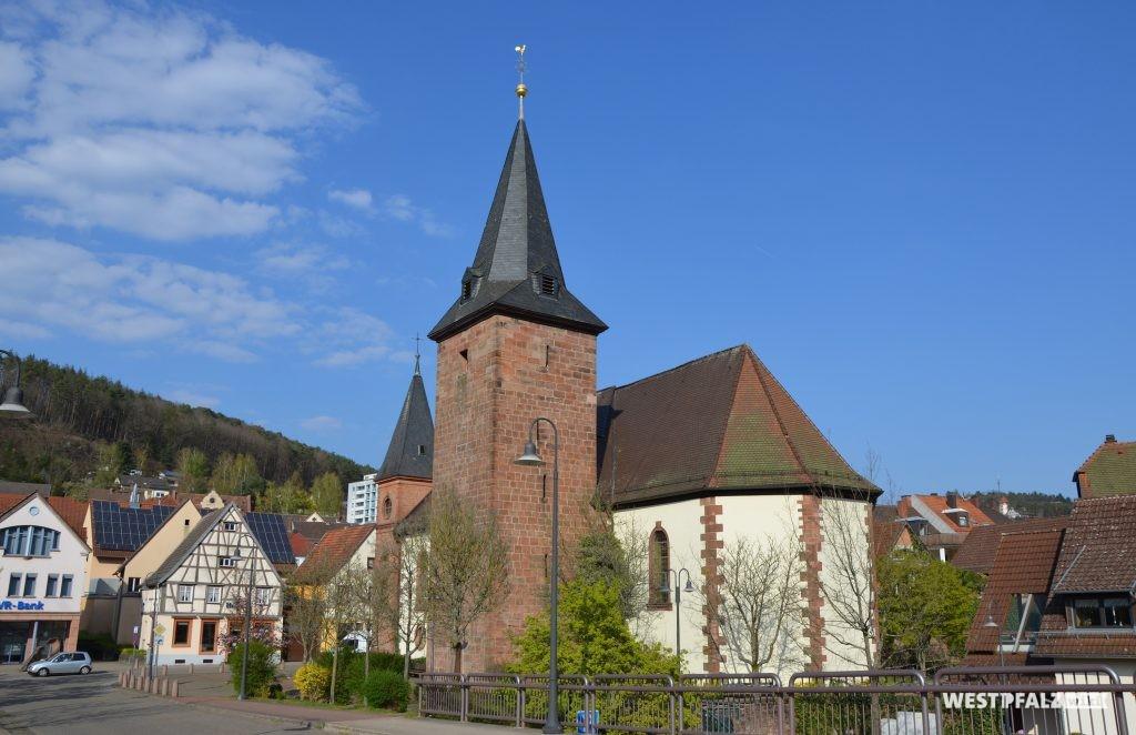 Südwestseite der Marienkirche mit Blick auf Kirchturm und Chor