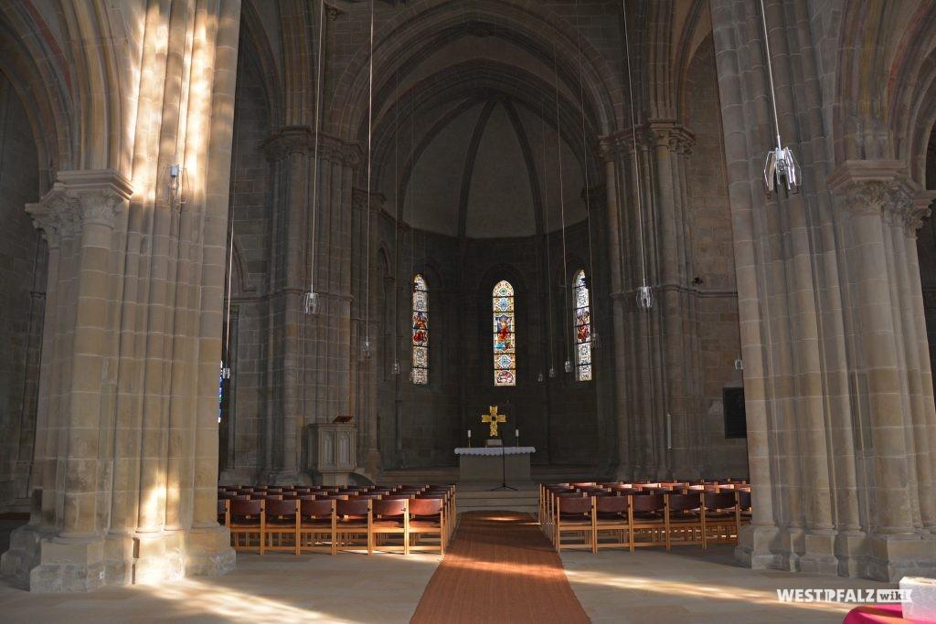 Blick auf den Altar im Nordosten in der Abteikirche Offebach-Hundheim