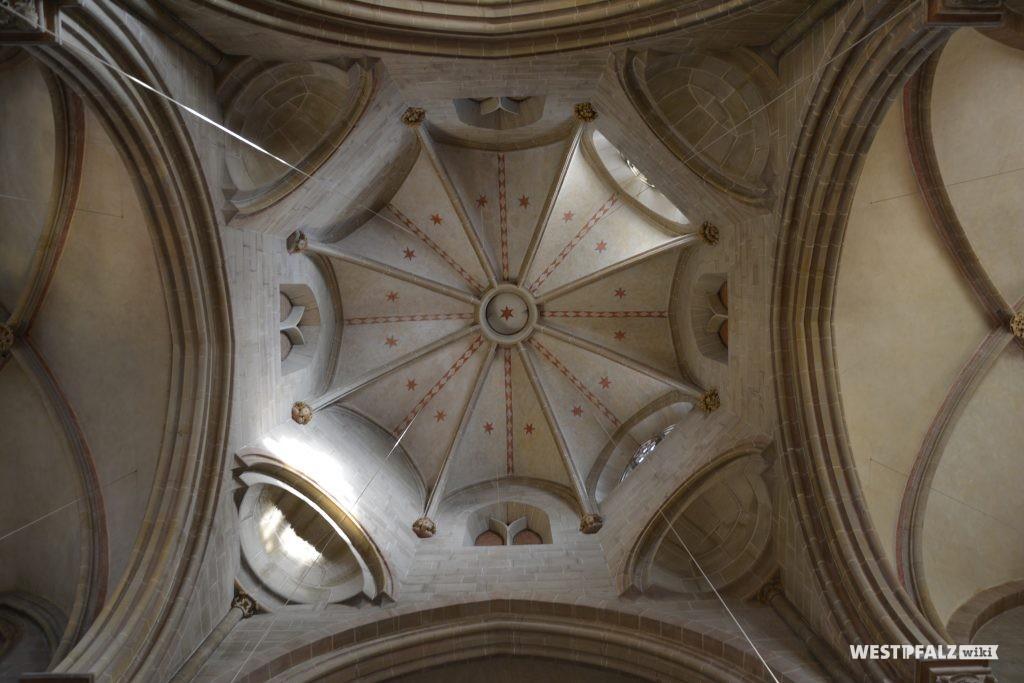 Oktogonale Vierung der Abteikirche in Offenbach-Hundheim. Diese ist mit Sternen und einem Karo-Muster bemalt.