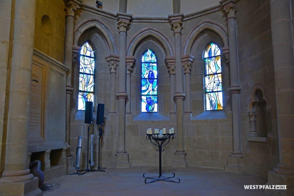 Einer der beiden Seitenchöre mit blau getönten Fenstern in der Abteikirche in Offenbach-Hundheim
