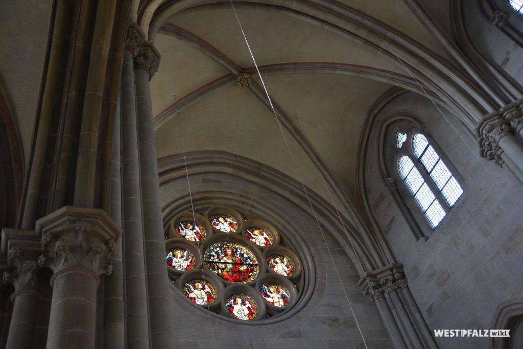 Kreuzrippengewölbe mit Abschlussstein sowie eineFensterrose über dem Westportal der Abteikirche Offenbach-Hundheim