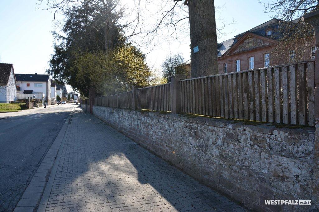 Schlossmauer des Schlosses an der Hauptstraße in Trippstadt