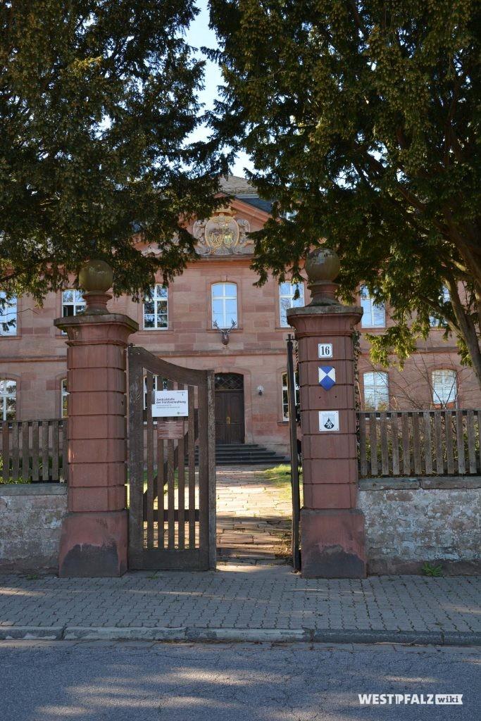 Eingangstor zum Schlossgelände an der Hauptstraße  in Trippstadt