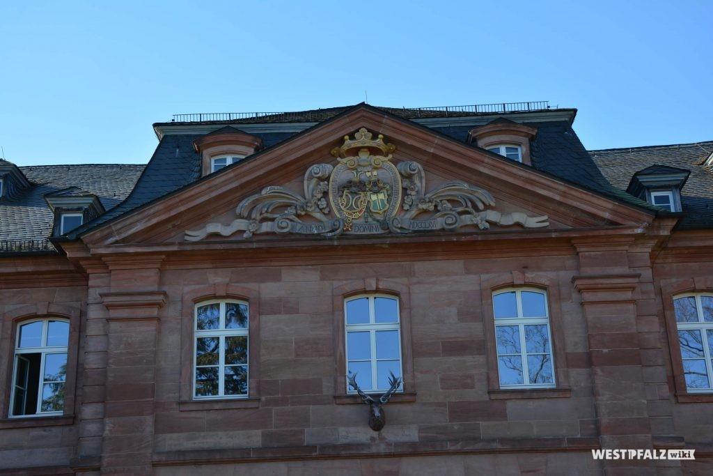 Relief des Hacke'schen und Strurmfeder'schen Allianzwappens im Giebelfeld des Mittelbaus des Schlosses in Trippstadt