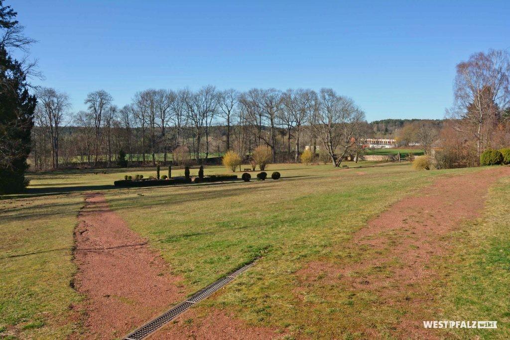 Blick in den geometrisch angelegten Garten des Trippstadter Schlosses