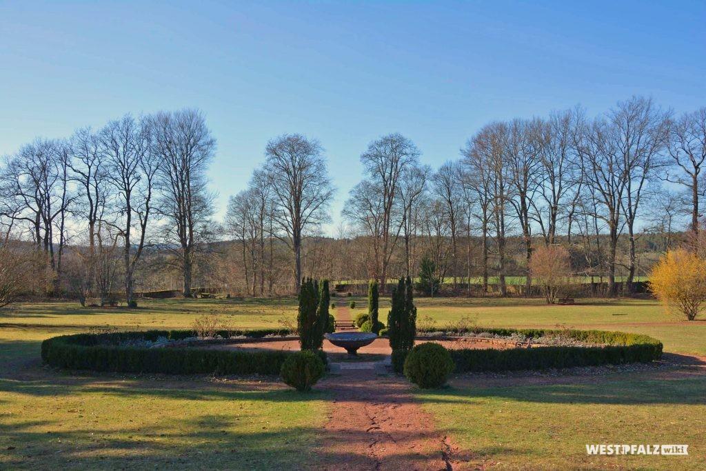 Mittelpunkt des Trippstadter Schlossgartenes. Stauden sind kreisförmig um einen Brunnen angelegt