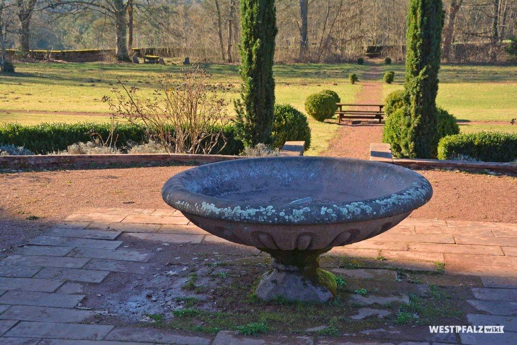 Brunnenschale im Schlossgarten von Trippstadt