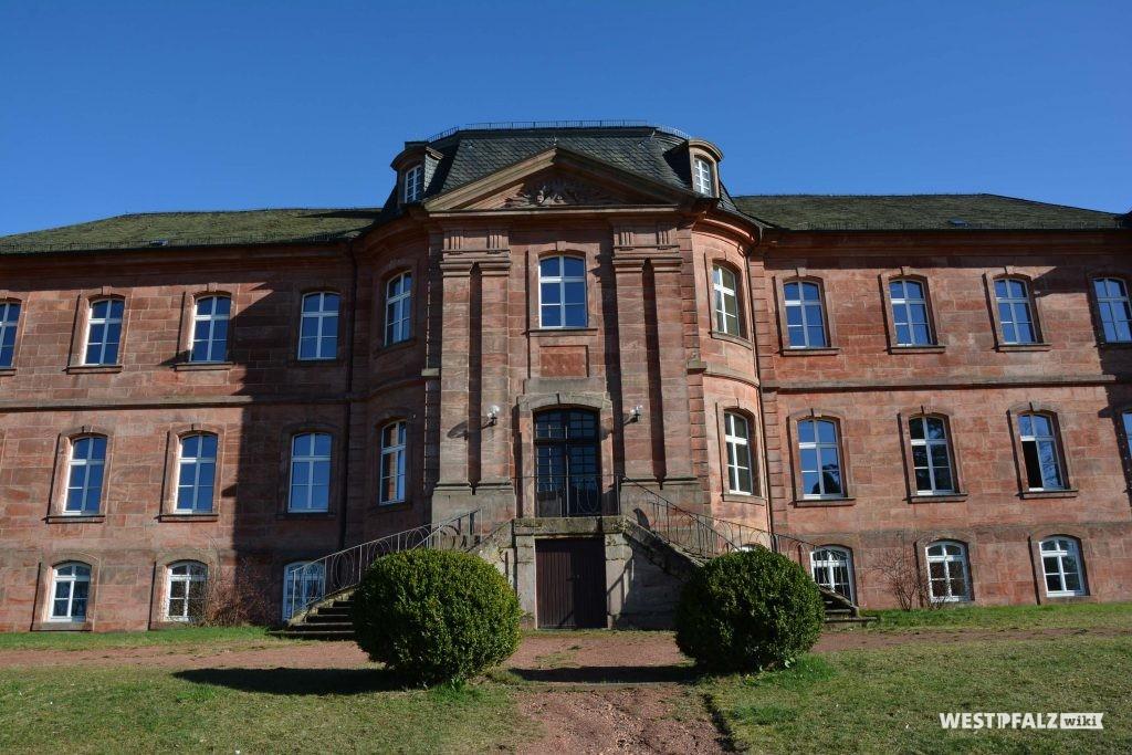 Eingang zum Trippstadter Schloss auf der Gartenseite