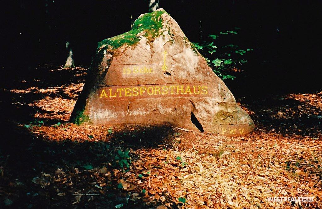 """Ritterstein mit der Inschrift """"Altes Forsthaus 15 Schr."""" und """"PWV."""" bei Trippstadt"""