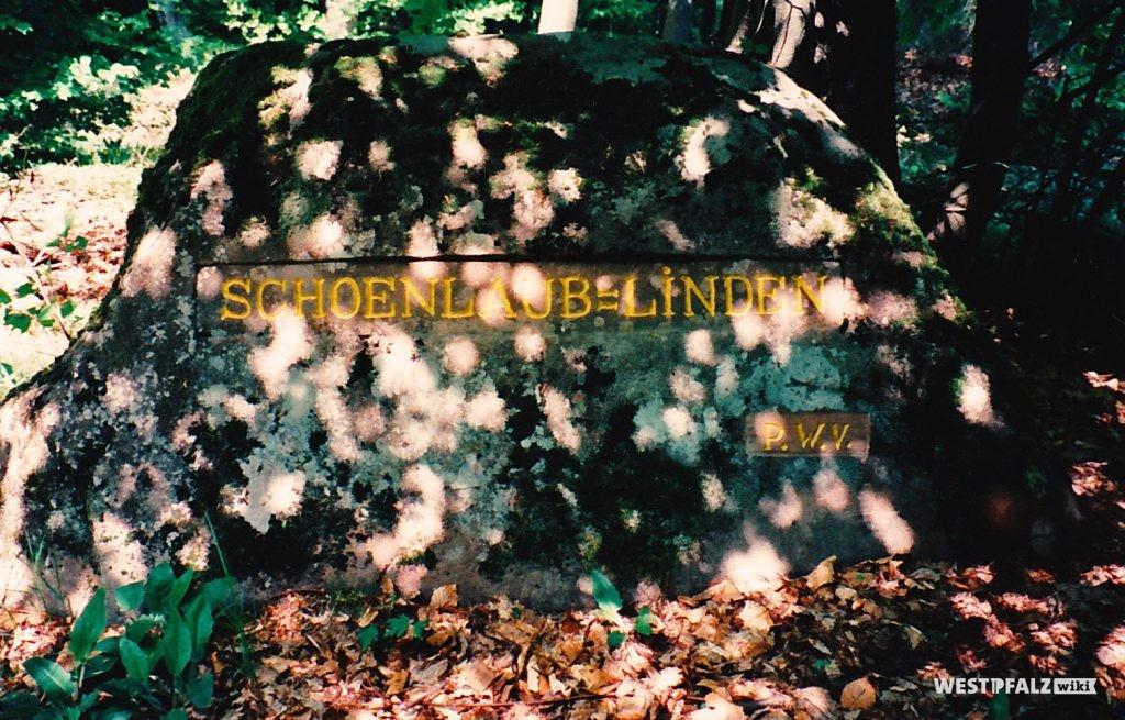 """Ritterstein mit der Inschrift """"Schoenlaub-Linden"""" beim Waldhaus Schwarzsohl"""