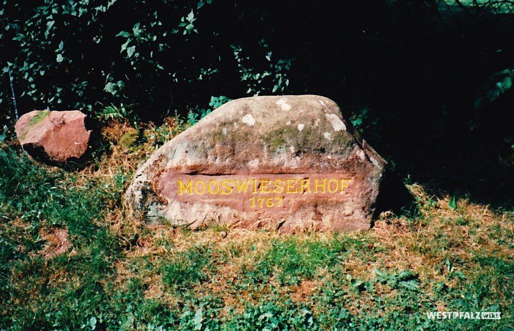 """Ritterstein Nr. 133 bei Mölschbach mit der Inschrift """"Mooswieserhof 1767"""""""