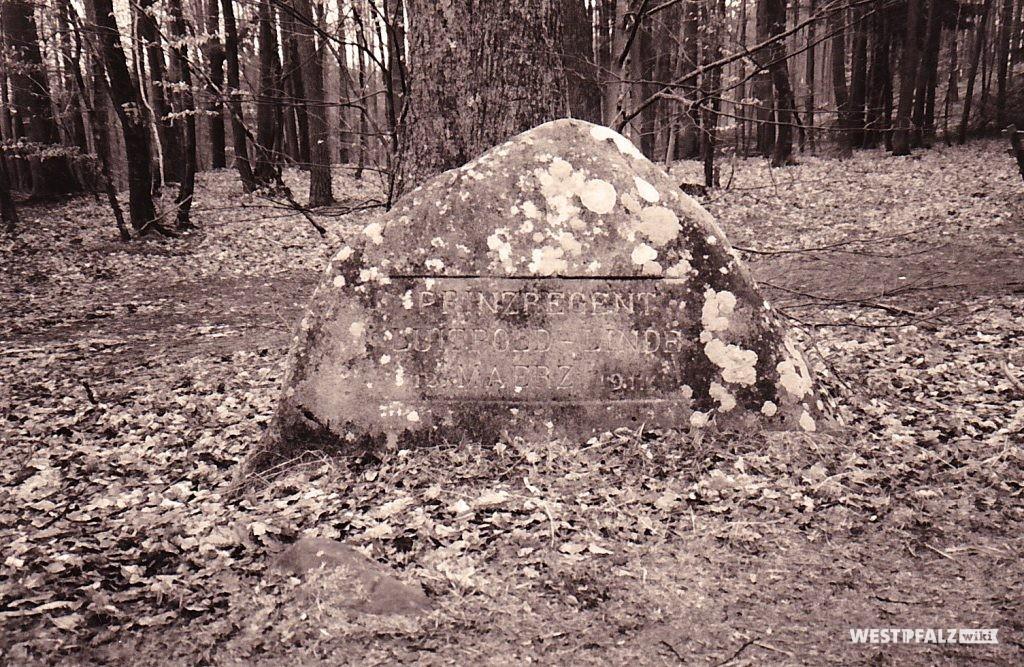 """Ritterstein mit der Inschrift """"Prinzregent Luitpold-Linde 12. Maerz 1911"""" bei Waldleinigen"""