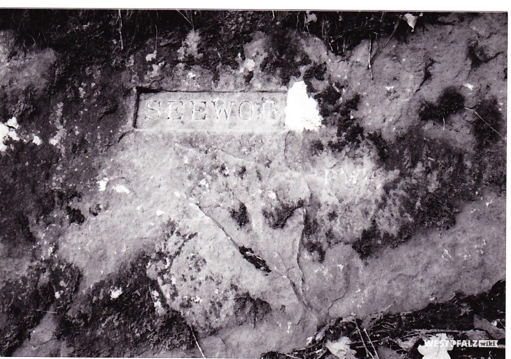 """Ritterstein mit der Inschrift """"Seewoog"""" bei Waldleiningen"""