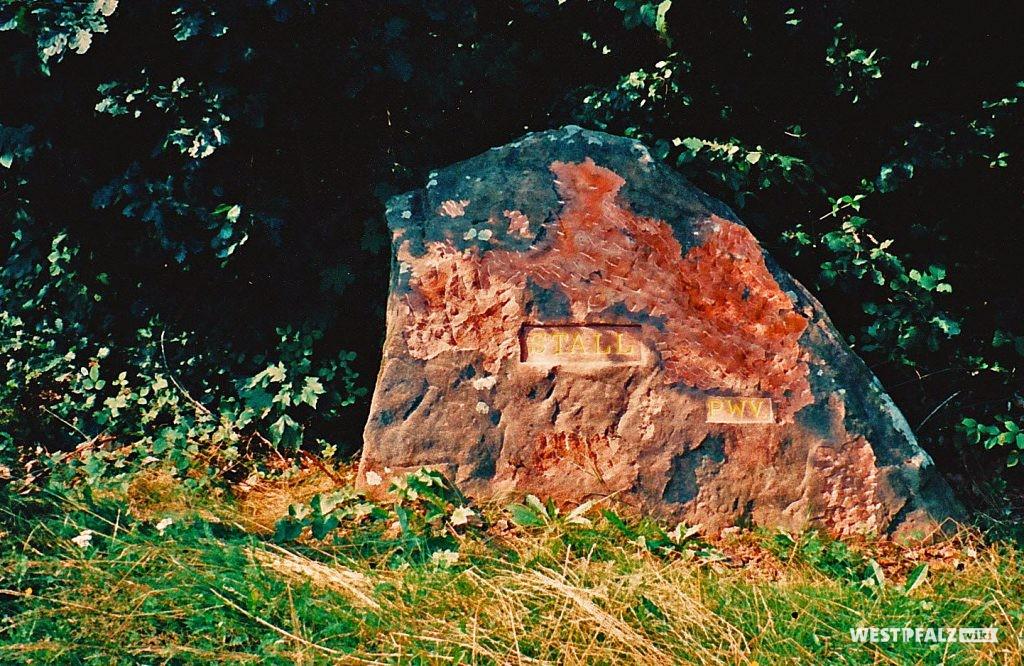 """Ritterstein mit der Inschrift """"Stall"""" bei Waldleiningen"""