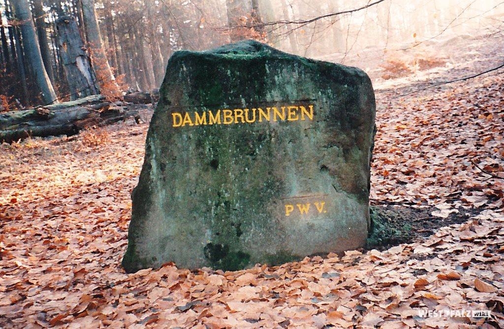"""Ritterstein mit der Inschrift """"Dammbrunnen"""" südöstlich von Kaiserslautern"""