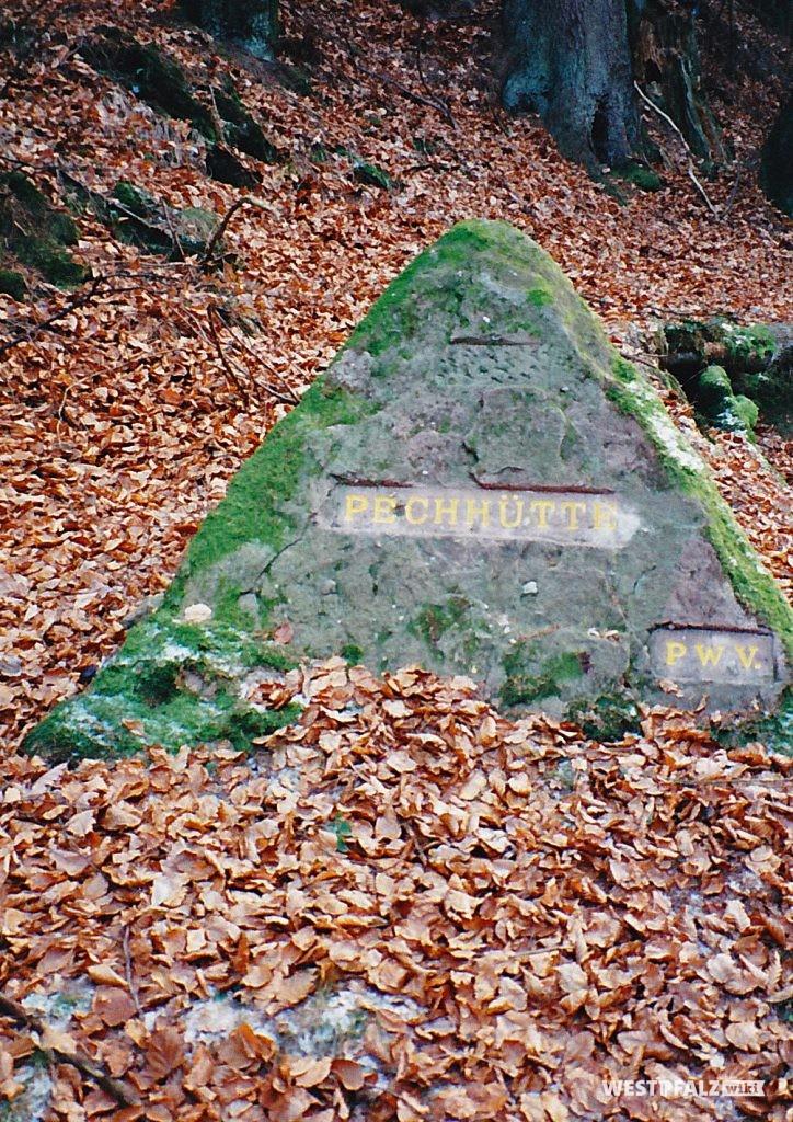 """Ritterstein mit der Inschrift """"Pechhütte"""" bei Waldleiningen"""""""