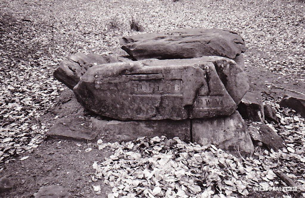 """Ritterstein mit der Inschrift """"Hohlog"""" bei Waldleiningen"""