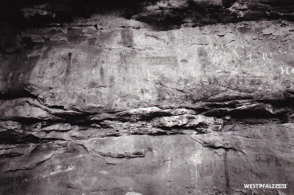 """Ritterstein mit der Inschrift """"Griesenfels"""" im Leinbachtal"""