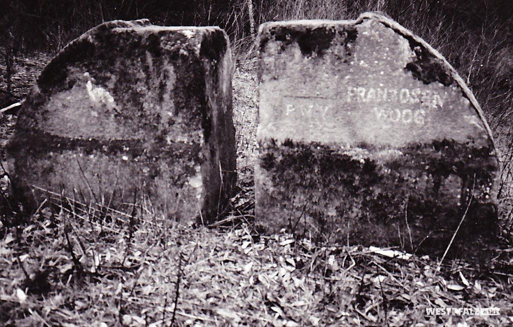 """Ritterstein mit der Inschrift """"Franzosenwoog"""" bei Hochspeyer"""