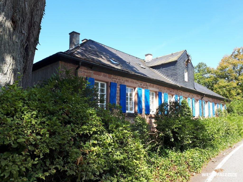 Das Forsthaus Johanniskreuz genießt einen herrschaftlichen Charakter. Am Dachgiebel ist der gusseiserne Hischenkopf angebracht.