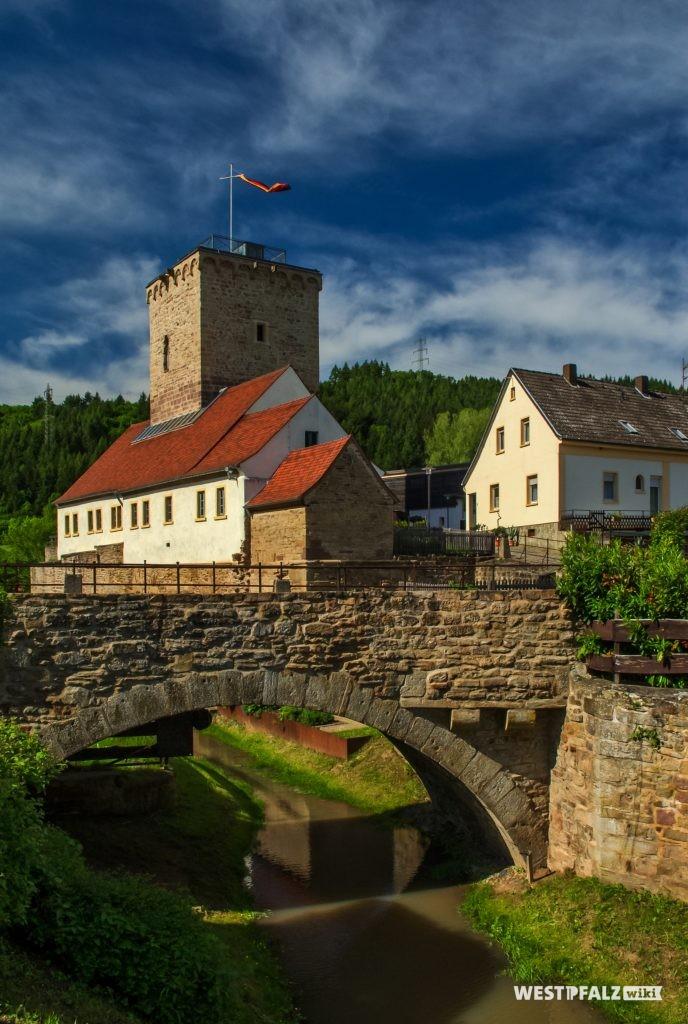 Die Wasserburg in Reipoltskirchen: Der Wehrturm stammt aus mittelalterlichen Zeiten.