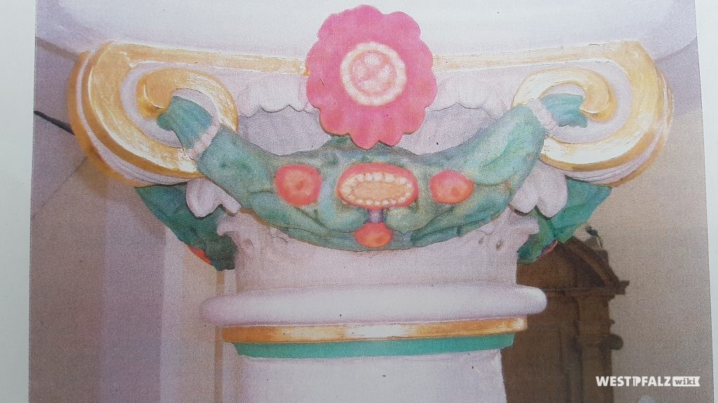 Säulenkapitel unter der Kanzel