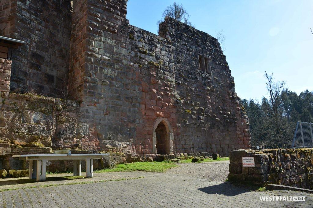 Blick auf den ehemaligen Palas der hinteren Burganlage