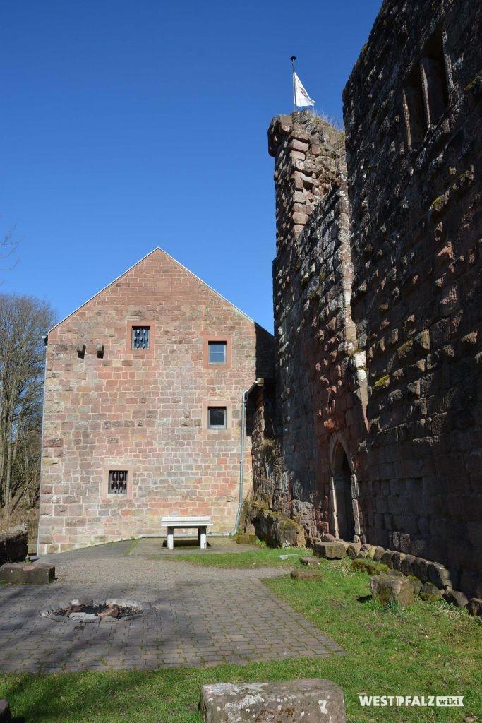 Der Palas der vorderen Burganalage (links) und der ehemalige Wehrturm der hinteren Burganlage (rechts)