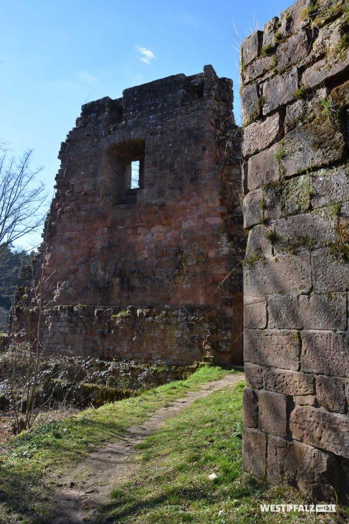 Überreste des ehemaligen Wohnhauses der hinteren Burganlage