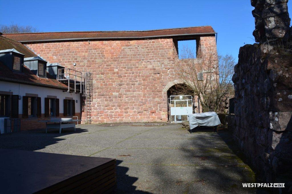 Der Burghof der vorderen Anlage; links im Bild der ehemalige Palas, der heute als Selbstversorgerheim dient