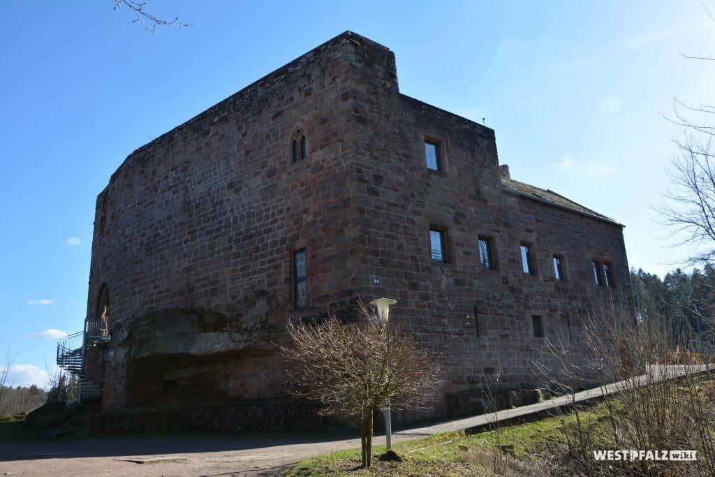Der Palas der vorderen Burganlage wird heute als Selbstversorgerheim genutzt