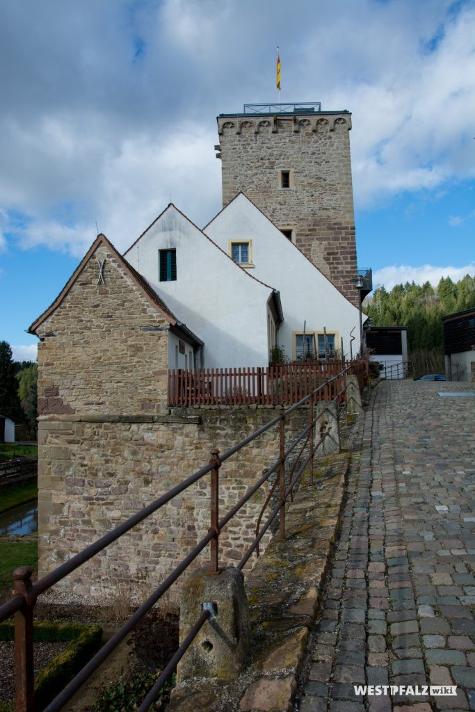 Blick von der Brücke in Richtung Wehrturm der Wasserburg