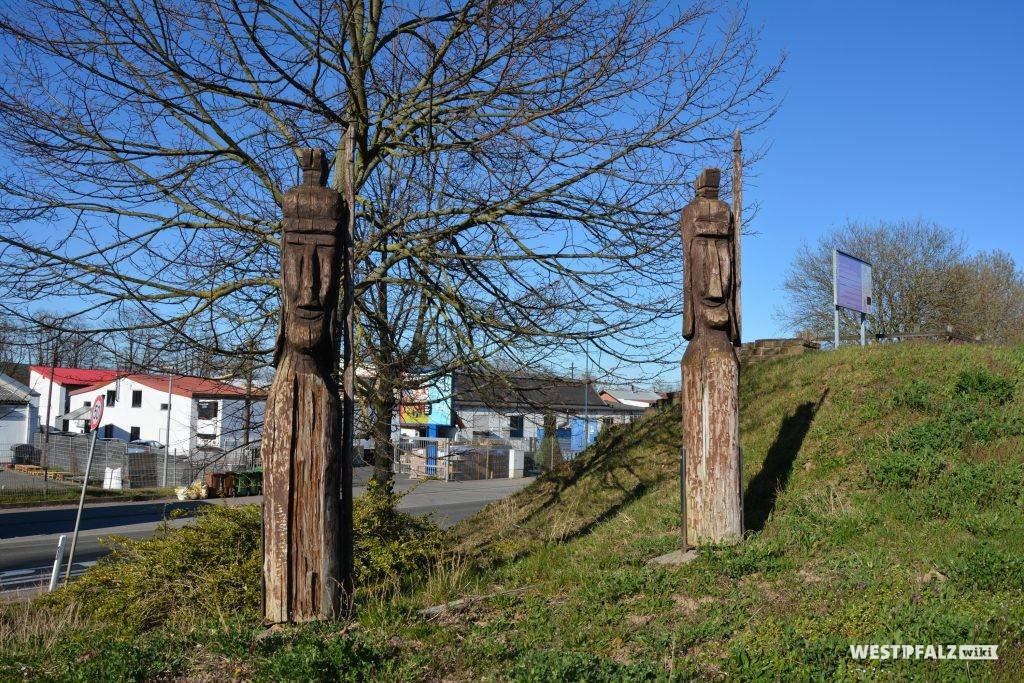 Geschnitzte Holzfiguren römischer Legionäre am Vicus in Eisenberg