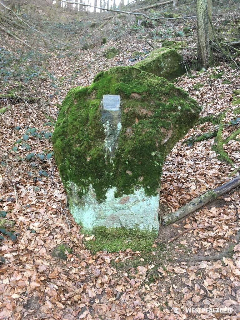 Der unscheinbare Gedenkstein klärt über den historischen Hintergrund der Jammerhalde auf