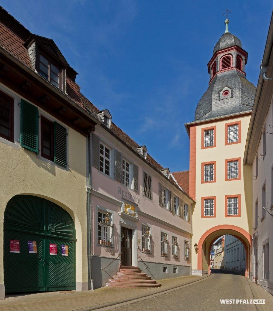 Oberer Turm mit der ehemaligen Hofapotheke in Kirchheimbolanden