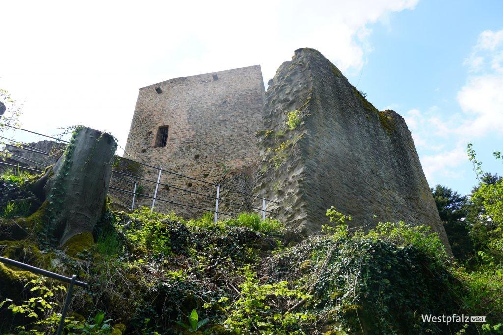 """Blick auf den Bergfried der Burg Alt-Wolfstein vom Wanderweg """"Wolfsweg"""" aus"""