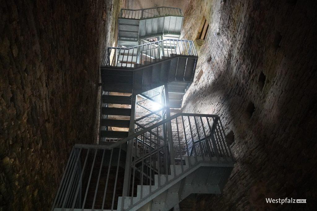 Treppe zur Aussichtsplattform der Burg Alt-Wolfstein