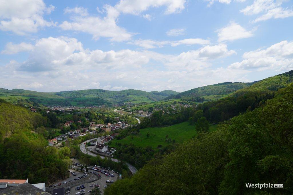 Aussicht über einen Teil des Lautertals von der Aussichtsplattform der Burg Alt-Wolfstein aus