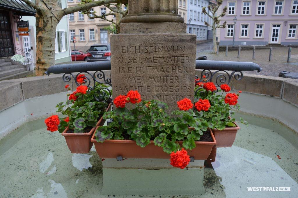 Inschrift auf dem Sockel des Hutmacherbrunnens in Kusel