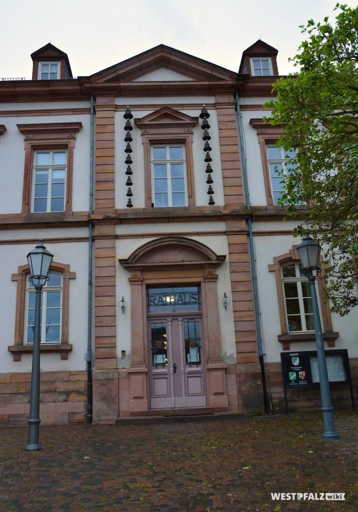 Eingangsportal des Rathauses in Kusel. Über dem Haupteingang befinden sich an beiden Seiten des mittleren Fensters jeweils 9 Glocken