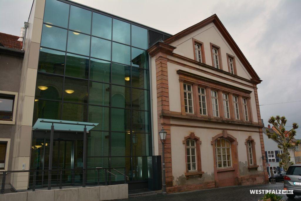 Blick auf das Rathaus mit dem im Nordosten anschließenden Neubau mit großer Glasfront
