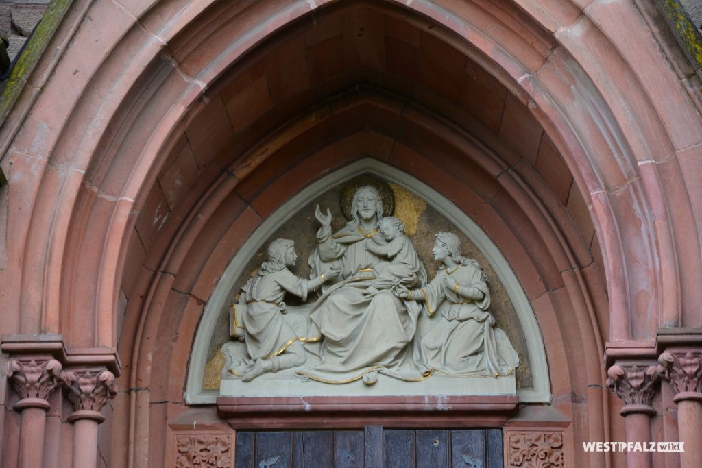 Christus-Darstellung im Giebel des Westportals