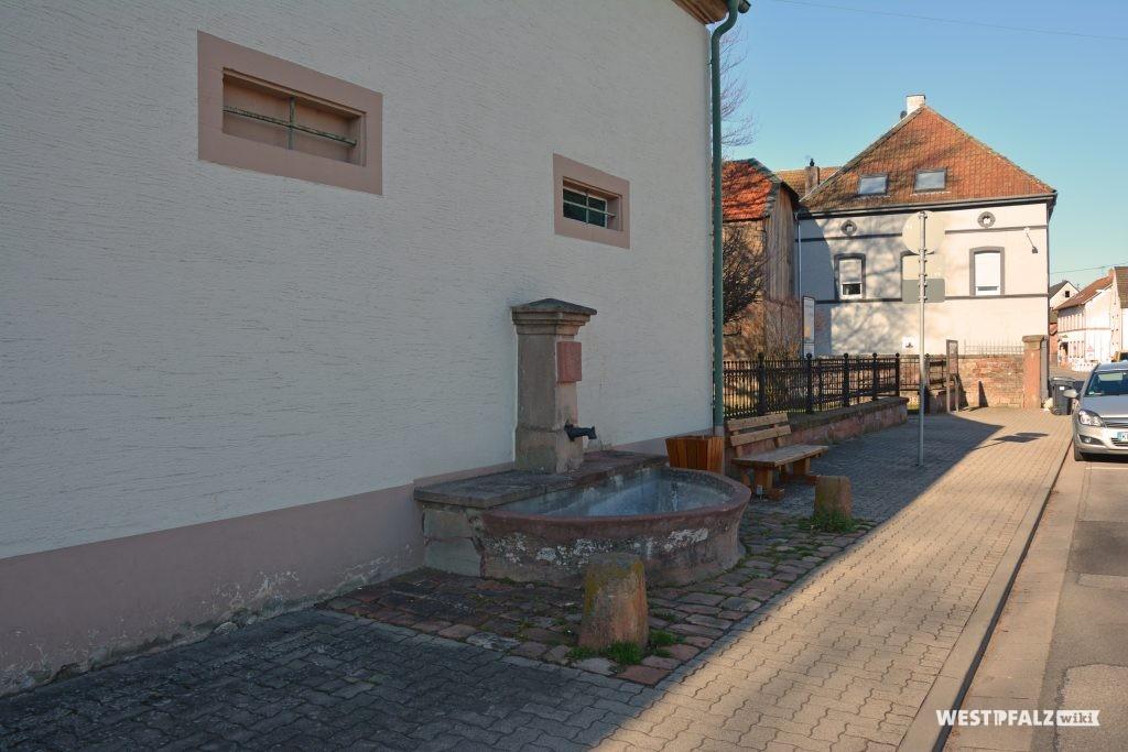 Der Brunnen an der Hauswand der Hauptstraße 18 in Trippstadt.
