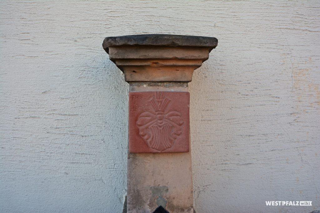 Pfeiler des Brunnens mit dem Wappen der freiherrn von Hacke