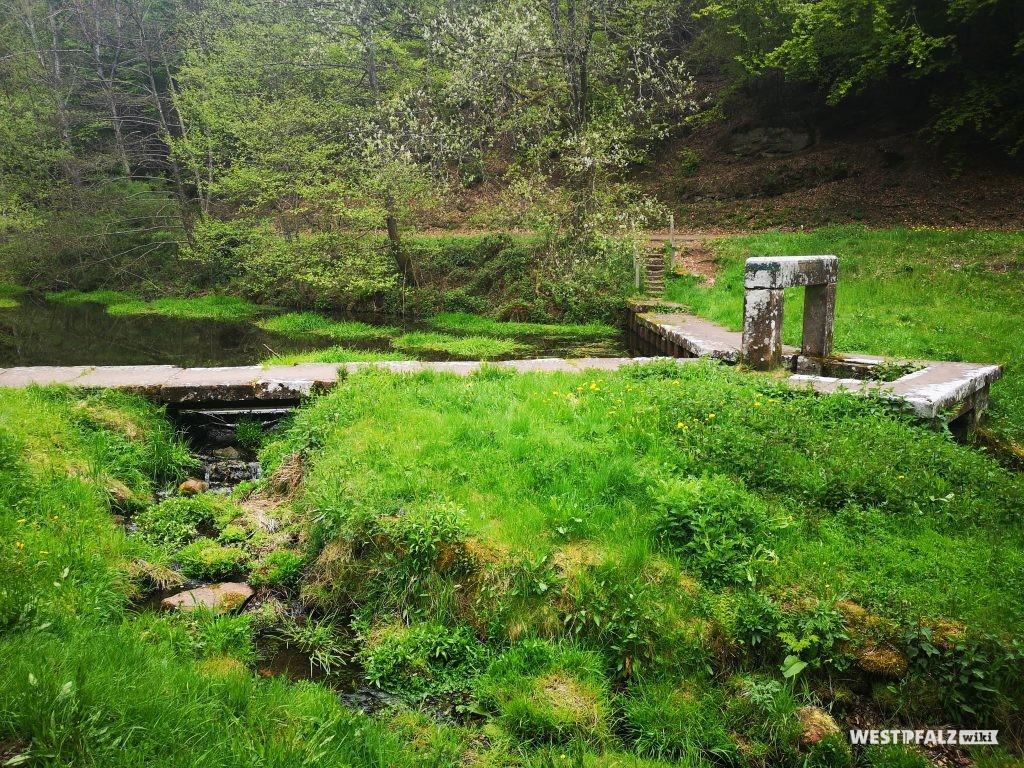 Biedenbacher Klause, Absperrbauwerk mit Sandsteinmauer auf der Wasserseite