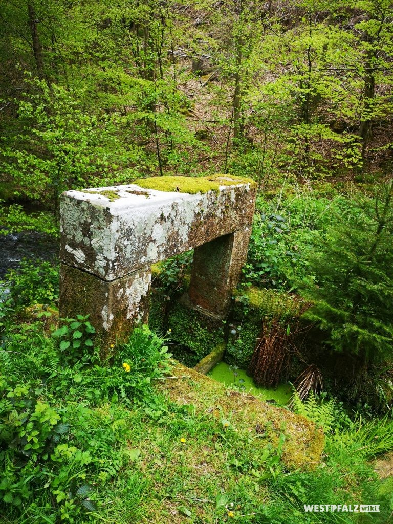 Absperrbauwerk mit offenem Durchlass bis auf die Dammsohle und Aufstauen durch Holzbohlen  (wasserabgewandte Seite)
