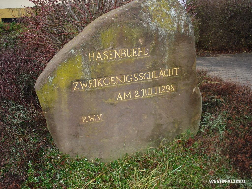"""Ritterstein Nummer 295 in Göllheim mit der Inschrift """"""""Hasenbuehl – Zweikoenigsschlacht – am 02. Juli 1298"""" und """"PWV""""."""